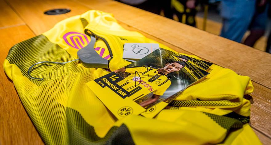 BVB and PUMA present the home shirt for the 2017/18 season   bvb.de